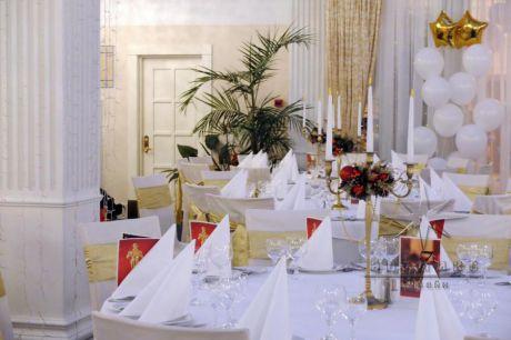 Новогоднее корпоративное оформление композициями на стол и элементами декора