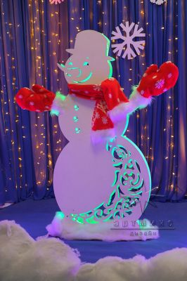 Новогодний снеговик в красном стиле.