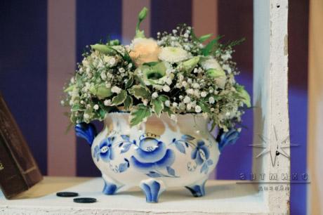Цветы в небольших вазах, где букеты нежно-желтого оттенка в оформлении фотозоны