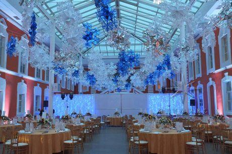 Банкетный зал оформлен в единой стилистике новогоднего праздника