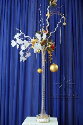 Ваза из прозрачного стекла с золотым новогодним декором и декоративными веточками Гинкго