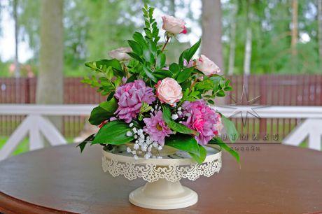 Кружевные вазы с цветочной композицией