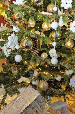 Ветки украшены шишками и золотым декором