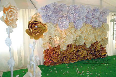 Фотозона из цветов в золотистых тонах