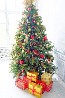 Декоративная новогодняя ель с золотыми и красными шарами