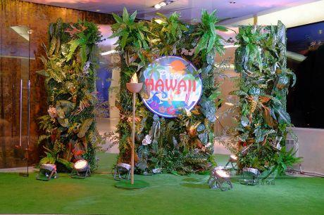 Фотозона из больших зеленых листьев, папортника и самшита с вертикальными зеркалам