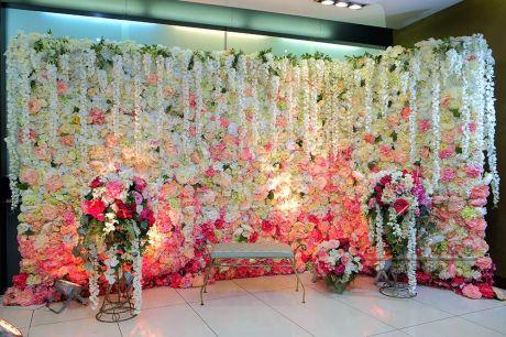 Стена из цветов для селфи