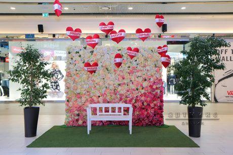 Фотозона из цветов в торговом комплексе