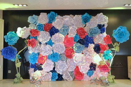 Фотозона с разноцветными цветами