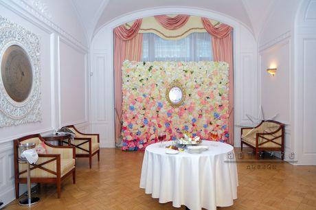 Фотозона из цветов в особняке князя Кочубея