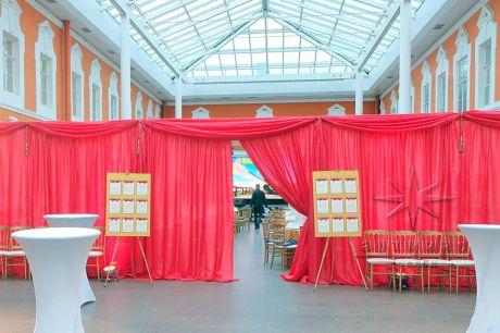 Ширма из полотен ткани для разделения большого помещения на две зоны - велком / welcome (фуршетная зона) и банкетный зал