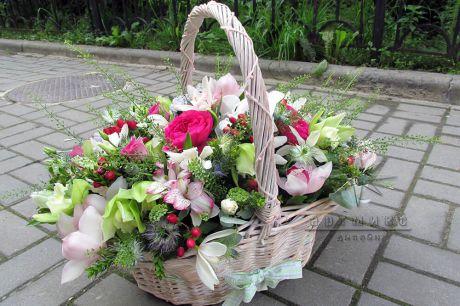 Композиции из цветов в корзине