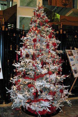 Белая новогодняя ёлка с красными украшениями в аренду