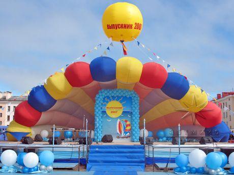 Оформление сцены в Североморске на городском выпускном празднике