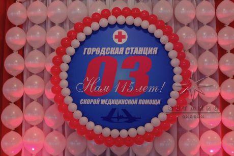 Панно из воздушных шаров выглядит очень красиво и может стать великолепным украшением для любого   праздника
