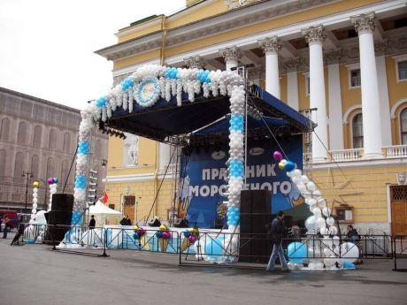 Праздничное оформление сцены на площади