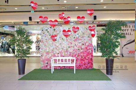 Фон из цветов для фотосессии в торговом комплексе