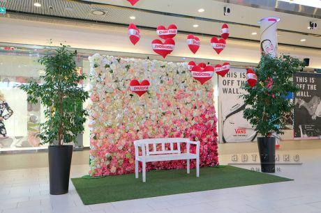 Такая фотозона из цветов прекрасно подойдет для оформления торговых комплексов на 8 Марта (Международный женский день) или Дня Святого Валентина