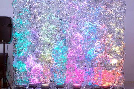Декорация эффектно отражает свет при помощи профессиональных осветительных приборов