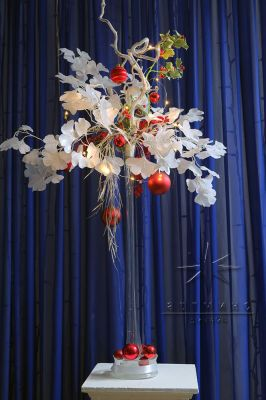 Композиция для новогоднего стола в высокой плоской вазе