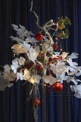 Яркая композиция для новогоднего стола в высокой плоской вазе