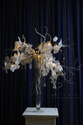 Новогодняя композиция с новогодним декором и подсветкой в вазе-конус