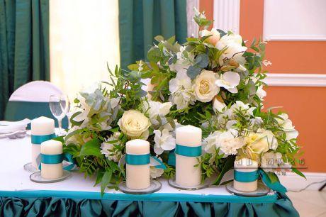 Цветочная композиция на столе именинницы