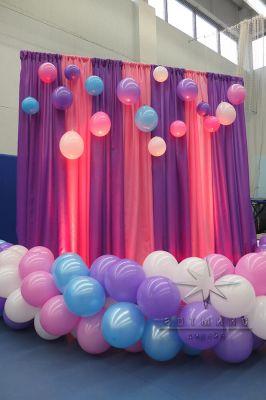 Яркий фон из ткани и воздушных шаров в оформлении спортивной программы