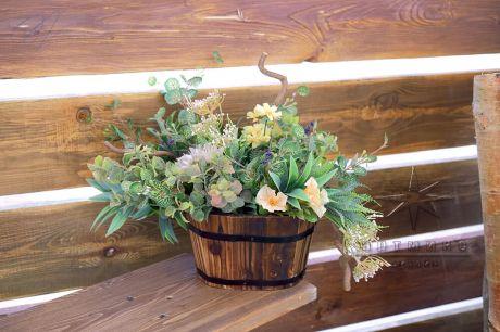 Цветочная композиция в деревянном кашпо