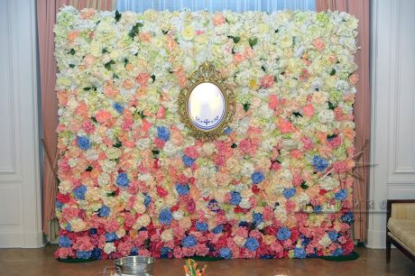 Оформление фотозоны из цветов в особняке князя Кочубея