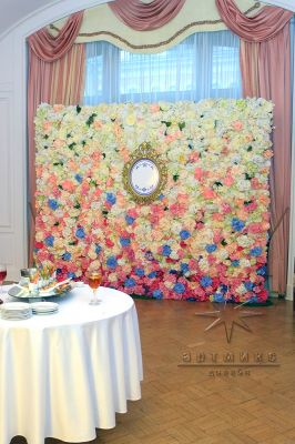 Стена из цветов у фуршетной зоны