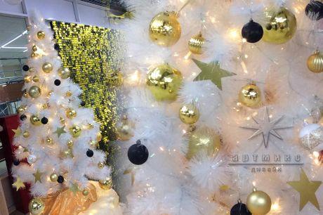 Белые ёлочки с золотым, чёрным и белым декором