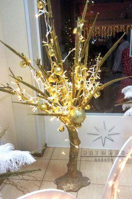 Декоративное дерево в оформлении фойе