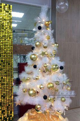 Белоснежная ёлочка с золотым, чёрным и белым декором