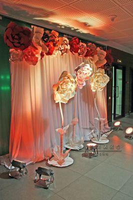 Ткани и большие цветы в оформлении холла