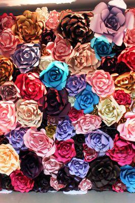 Фотозона из больших цветов
