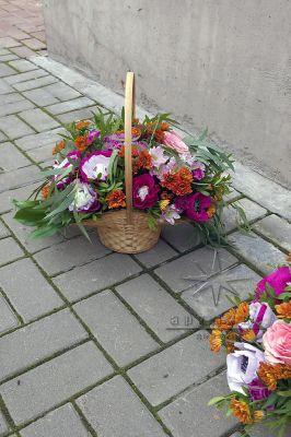 Сладкая подарочная корзиночка с цветами и конфетами