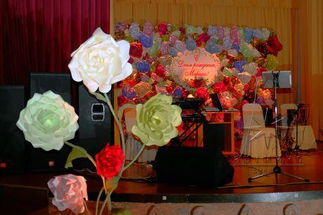 Высокие букеты цветов по периметру сцены