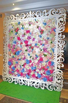 Фотозона из цветов в ажурной раме