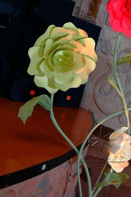 Объёмные цветы в оформлении сцены