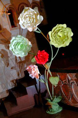 Цветы в оформлении сцены