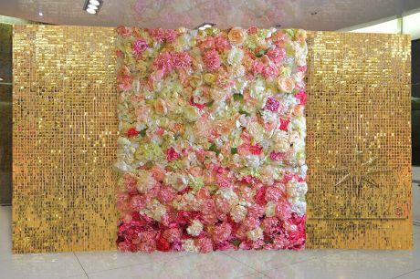 Золотые пайетки с декоративными цветами для фотозоны