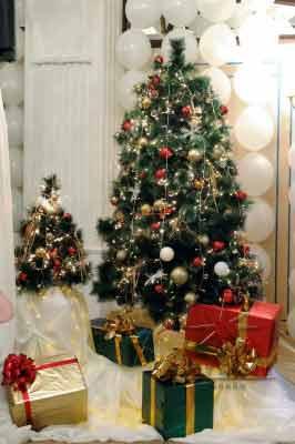 Изысканный декор новогодней елки на празднике