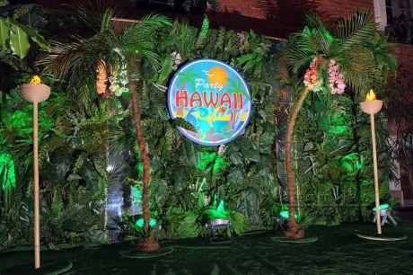 Тропическая фотозона для новогодней вечеринки