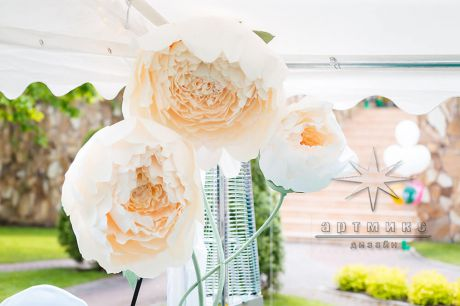 Большие цветы в оформлении шатра на юбилей