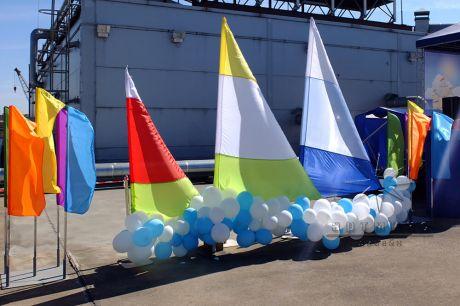 Разноцветные флаги и флагштоки для оформления и украшения улиц и площадей города к праздникам