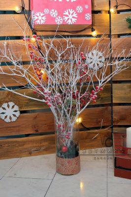 Новогодняя композиция - белые ветви с рябиной
