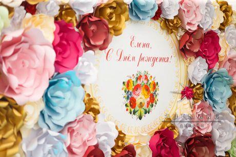 Стена из цветов в украшении стола для именинницы