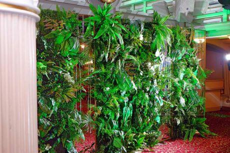Панно из зелени и зеркал в праздничном оформлении