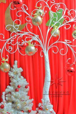 Белое дерево с новогодним декором
